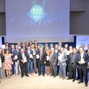 Οι νικητές της διοργάνωσης. Dr. –Ing Αλέξανδρος Υφαντής, Πρόεδρος & Διευθύνων Σύμβουλος της Sychem Α.Ε (5ος από τα δεξιά) και ο κ. Πέτρος Βαφίνης, Δήμαρχος Αλοννήσου (4ος από τα δεξιά κρατώντας το ασημένιο βραβείο).